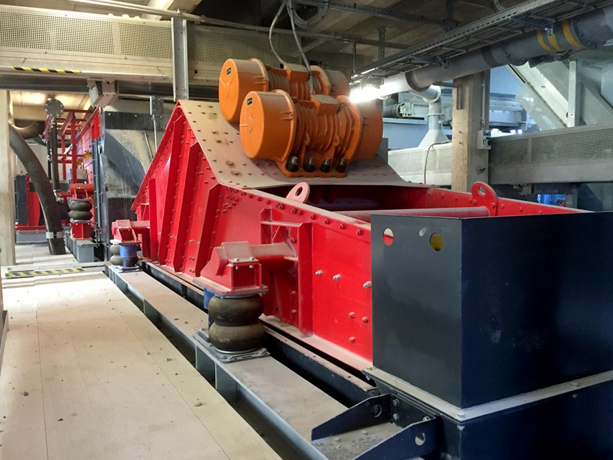 Linear-motion screening machine